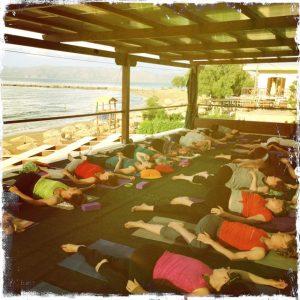 Iltapäivän joogahetki - Joogaloma Kreetalla - Om Yoga -koulu